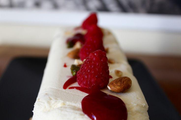 Un petit dessert frais, sympa, un peu long mais pas très compliqué et qui peut se préparer à l'avance quand on reçoit du monde : le nougat glacé à tout bon ! L'été, on peut y aj…