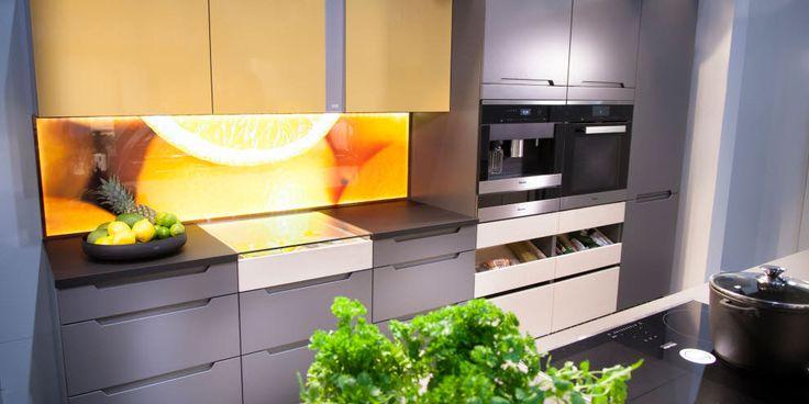 A la Carte -keittiöt Framilla. Välitilassa LUNA valaistu välitilaelementti   #keittiö #kitchen