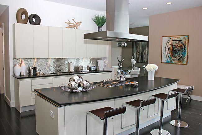 Красивые кухни (61 фото): когда дизайн вдохновляет http://happymodern.ru/krasivye-kuxni-62-foto-kogda-dizajn-vdoxnovlyaet/ Стулья и табуретки из гнутого металла, которые больше напоминают детали космического корабля, нежели предмет мебели, станут отличным дополнением для техно-кухни Смотри больше http://happymodern.ru/krasivye-kuxni-62-foto-kogda-dizajn-vdoxnovlyaet/