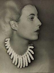 * Modèle portant un collier créé par Elsa Triolet, photo Man Ray avant 1932-33