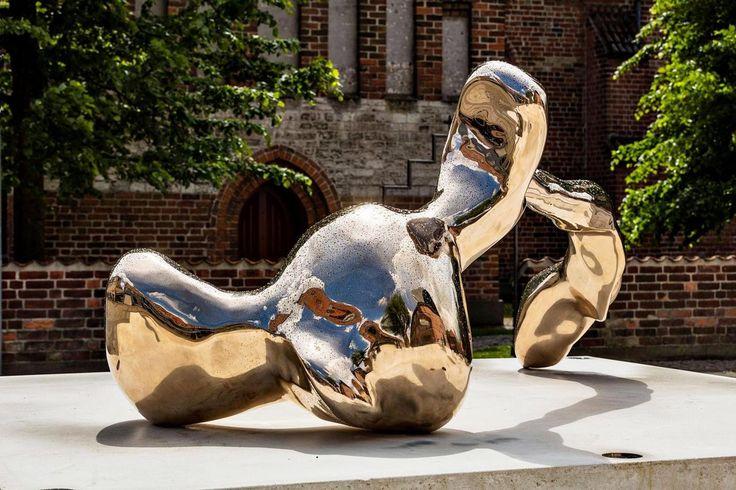 'Bronze Pour (Køge Havn)' , der er formet af den flydende bronzes møde med vandet i Køge Havn, er en skulptur, man har lyst til at røre ved. Og sidde på.  A Kassens  Foto: Anders Sune Berg