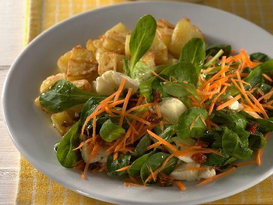 Veldsalade met mozarella en gebakken aardappelblokjes