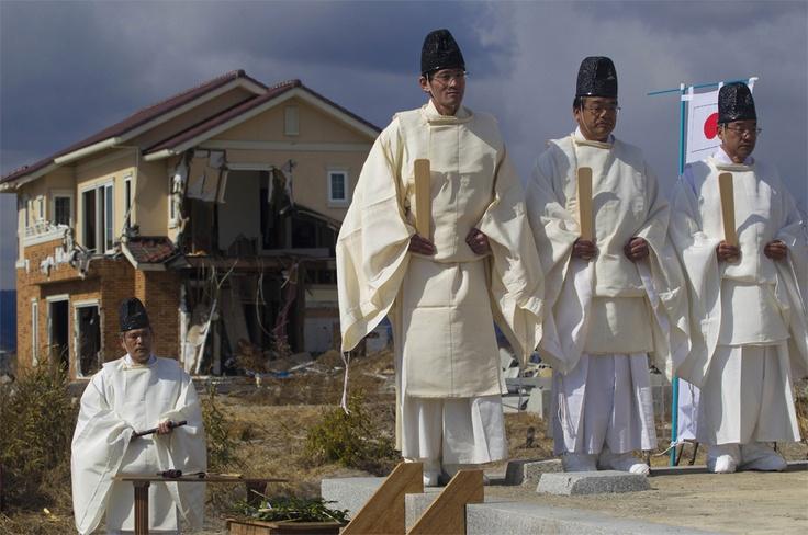 Sacerdotes Shinto hacen una ceremonia en memoria de las víctimas mortales de la catástrofe en Japón.