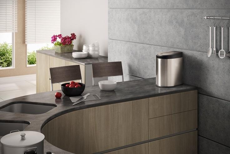 Para manter uma cozinha bem higienizada é imprescindível que a pia esteja sempre limpa, afinal, é o local onde são preparados os alimentos antes do cozimento e onde lava-se as louças. Para facilitar esta higienização, uma solução é ter uma lixeira à mão.