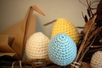 Huevos de Trapillo tejidos a Ganchillo - Patrón Gratis en Español aquí: http://trapillo.com/blog/huevos-de-trapillo-en-ganchillo/