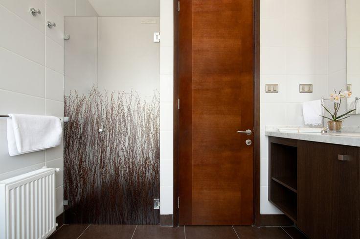 Decoração sustentável e elegante para o seu banheiro. Aposte nos painéis de ecorresina da 3form!