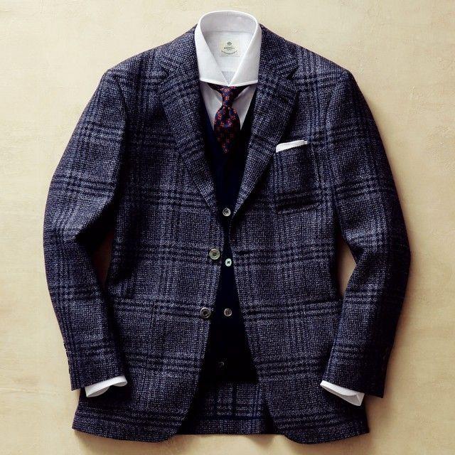 """色柄や素材感など、様々な同系色チェックジャケットが出揃った今季。ビジネスの基本色""""ネイビー""""を軸に据えれば、思いのほか簡単に着こなせるのだ。"""