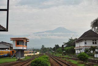 Siluet gunung slamet dari stasiun Purwokerto