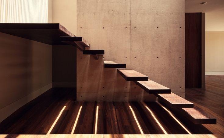 wunderschöne flache Stufen und tragende Wand aus Sichtbeton