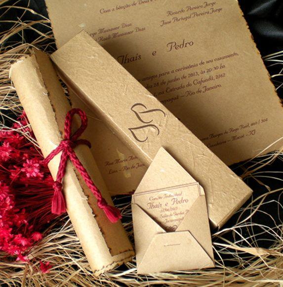 """Papel+artesanal+bege.+Formato+do+pergaminho:+19+x+23+cm+Formato+da+caixa:+4+x+4+x+20,5+cm+Para+escolher+outros+papéis,+consulte+o+album+""""Papéis"""".+Todos+os+convites+ganham+como+cortesia+a+caligrafia,+convites+para+recepção+e+20+convites+personalizadospara+os+padrinhos. R$ 4,70"""