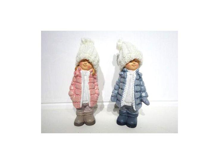 Dekorační figurka z polystonu - dítě v zimním oblečení.