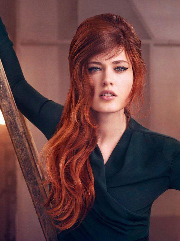 Rot-Töne sind, wie wir gesehen haben, bei den Haarfarben Trends 2013 dominant und präsentieren sich in den unterschiedlichsten Nuancen. Bei diesem Look wurden die Haare in einem dunklen Kupfer coloriert, ein paar hellere Strähnen lassen die Struktur lebendiger erscheinen.