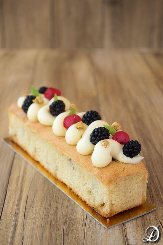 Cake de Chocolate Blanco y Moras con Ganache de Yogur