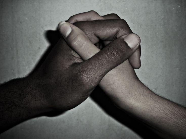 Discriminar significa fazer distinção Existem vários tipos de discriminação, o mais comum, relaciona-se com a discriminação sociológica: a discriminação social, racial, religiosa, sexual, por idade…