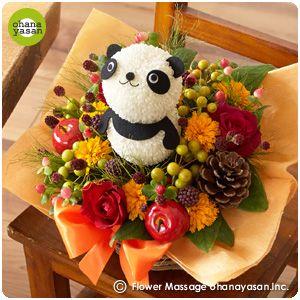 キュート!ピンポンマム(菊の花)で出来たパンダのフラワーアレンジメント。Cute! An animal doll made with chrysanthemums.