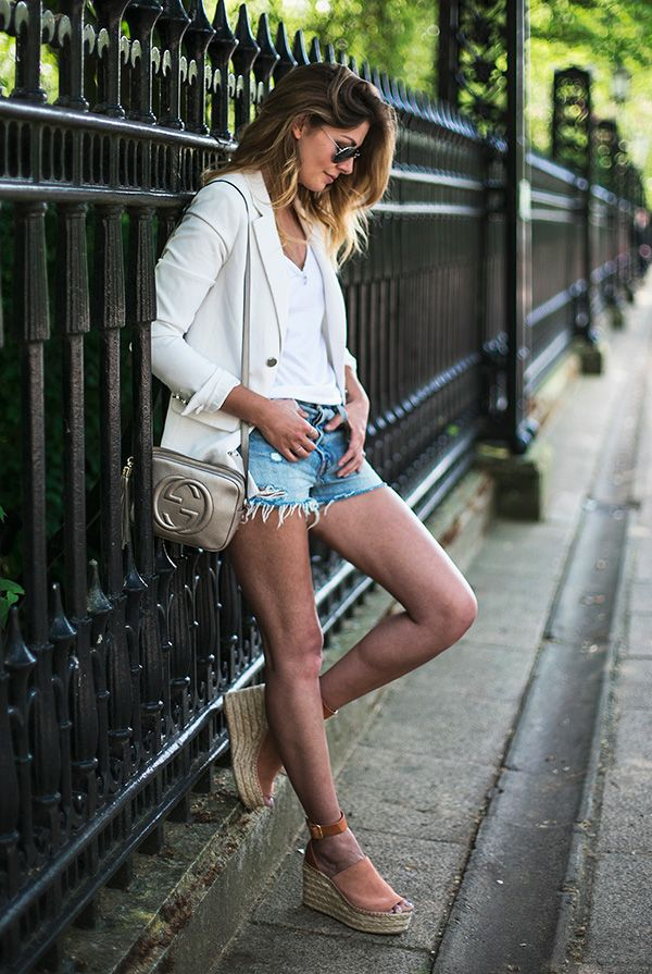 street style look blazer branco, shorts jeans, espadrille e bolsa Gucci.