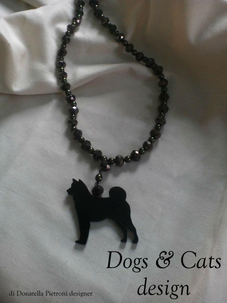 14205 - Collana di perle sfaccettato verde oliva con ciondolo Akita in plex nero lucido. Pezzo unico. Dogs & Cats design di Donatella Pietroni designer