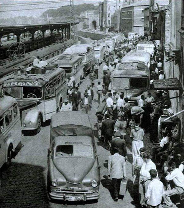 İstanbul'un ilk şehirlerarası otogarı Sirkeci Tren Garı'nın arka tarafında bulunuyordu (1950'ler) #birzamanlar #istanlook #nostalji