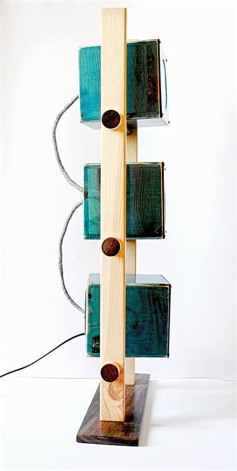 Cubie - Πολυμορφικό διακοσμητικό φωτιστικό σαλονιού Led Επιτραπέζιο φωτιστικό από ξύλο πεύκου και τριανταφυλλιάς, με δυνατότητα περιστροφής των φωτιστικών του πηγών. Δημιουργείστε ατμόσφαιρα στο χώρο σας, μέσα από τα οπτικά εφέ και την ποικιλία των χρωμάτων με το πάτημα ενός κουμπιού, στο παρεχόμενο ασύρματο τηλεχειριστήριο. Λειτουργεί με τροφοδοτικό 12V. Διαστάσεις: 58εκ. x 29εκ. x 12εκ.
