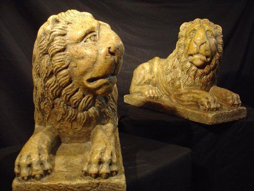 Pair of 16th century lions, in Sienna yellow pink marble, lying on an rectangular base