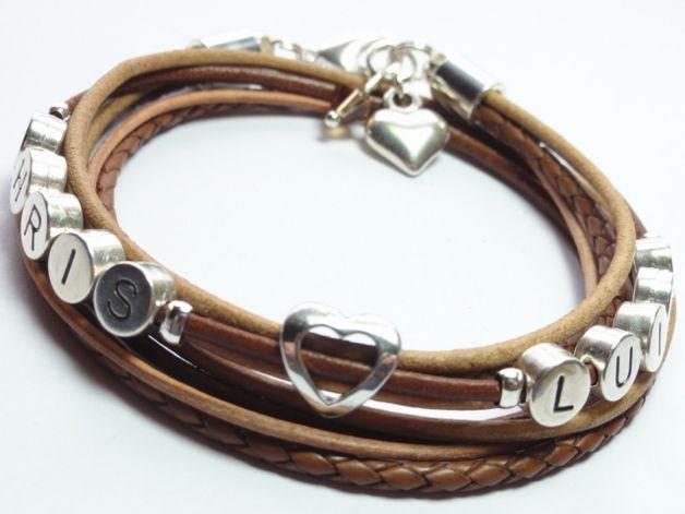 Individuell handgefertigtes Wickel-Leder-Namensarmband aus hochwertigen Materialien. Das Armband wird in einem hübschen Organzabeutel versendet.  *Individualisierungsmöglichkeiten* *Wunschname/...