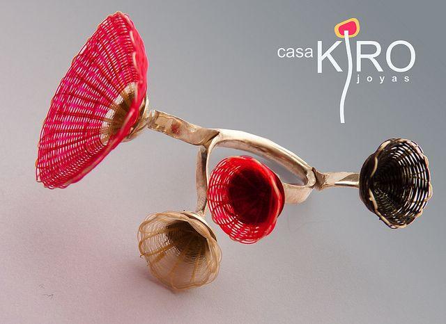 Casa Kiro Joyas by Vania Ruiz. ANILLO JARDÍN ONA. Estructura de plata y 4 flores de crin (tejido de pelo de caballo teñido y fibra natural). Casa Kiro Joyas by Vania Ruiz