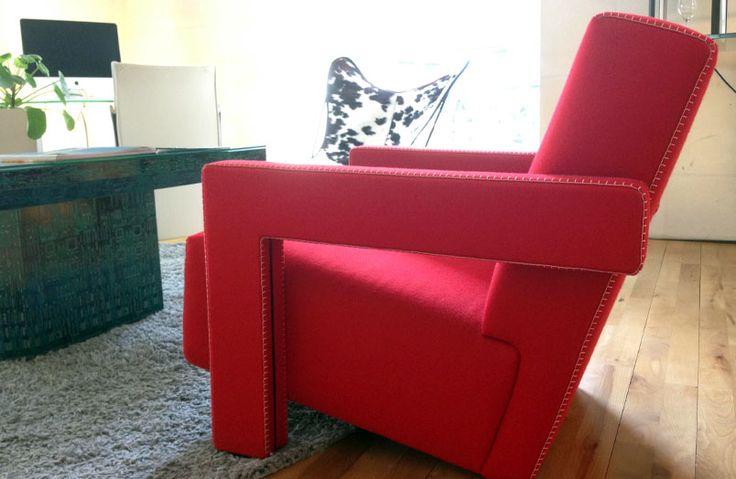"""Aujourd'hui nous restons dans l'assise et vous faisons découvrir le fauteuil """"Utrecht"""", du même designer. Géométrique et minimaliste, à l'image de l'hôtel, on y resterait bien des heures avec un bon livre de Jules Verne ! Saviez-vous d'ailleurs que l'auteur en fait mention dans son ouvrage """"Voyage au centre de la terre"""" ? Un fauteuil hollandais qui a donc toute sa place à Nantes…"""