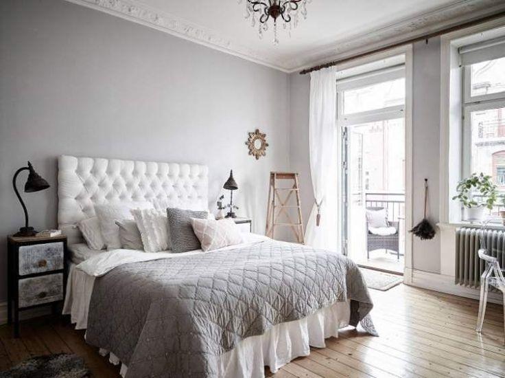 Классическая шведская квартира с большими окнами, впускающими много естественного света, существует в Стокгольме, Швеция