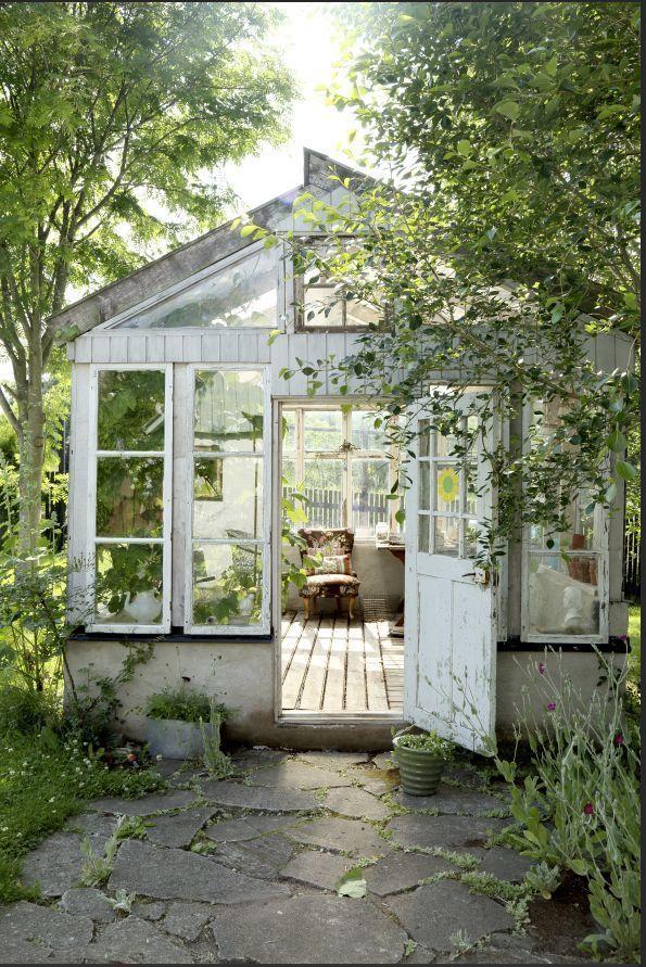 Träumen Sie von einem Wintergarten wie diesem mit einem Sessel, einer Teekanne und einem Schreibtisch