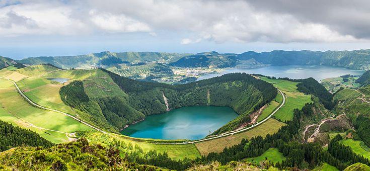Il remotoarcipelago delle Azzorre è composto da 9 isole abitate e 8 disabitate, tutte di origine vulcanica, che si trovano nell'Oceano Atlantico a 1403 chilometri dalle