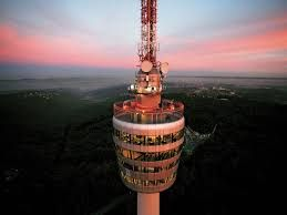 Der weltweit erste Fernsehturm steht in Stuttgart. Seit 60 Jahren trotzt der 217 Meter hohe Turm Wind und Wetter. Dass der erste Turm mit einer Stahl-Betonkonstruktion tatsächlich halten würde, hatten zu Baubeginn nicht alle Stuttgarter geglaubt.  Nach einer Bauzeit von 20 Monaten wurde der Stuttgarter Fernsehturm am 5. Februar 1956 eingeweiht. Er wurde zu einem Prototyp, den man auf der ganzen Welt nachbaute und weiterentwickelte – von Frankfurt über Dortmund bis Johannesburg und Wuhan in…