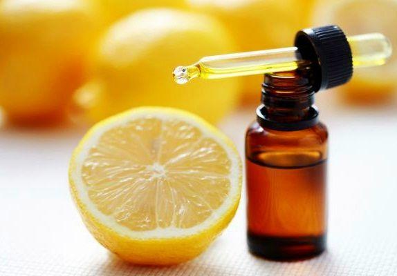 Stiati ca unele uleiuri esentiale, cum ar fi de arbore de ceai si lamaie, au proprietati dezinfectante?
