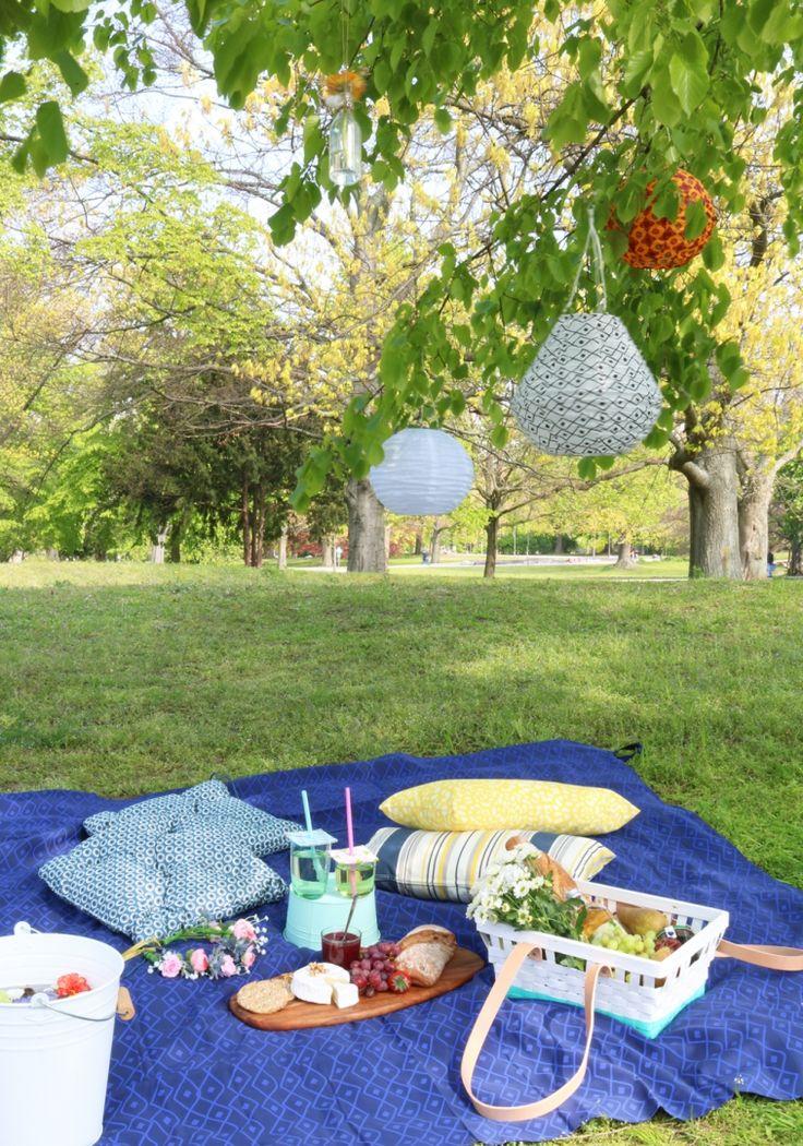 IKEA Deutschland | Die beste Zeit um ein Picknick im Park zu veranstalten mit z.B. SOLVINDEN Solarhängeleuchten http://www.ikea.com/de/de/catalog/products/30340574/ #Picknick #Midsommar #Sommerparty #Picknickdecke #Grillen #Lampions