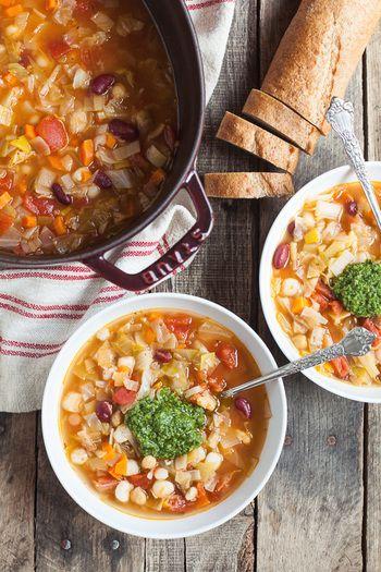 定番のミネストローネに野菜をたっぷりと。普段あまり食べない豆類も入れて、一品で野菜不足を補えますね。