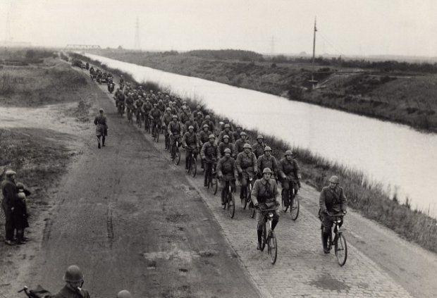 Een compagnie wielrijders rijdt langs het Drongelens Kanaal tijdens een grote oefening van het Veldleger in Zuid-Nederland.