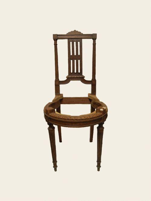 Simon Jégou, Artisan Tapissier à Nantes Chaise Louis XVI. Pour commencer il a fallu démonter entièrement la chaise car plusieurs parties étaient cassées. Après ce renforcement de la structure plutôt périlleux, la confection de la garniture traditionnelle a pu commencer. Le tissu a été choisi en fonction du style de la chaise : des rayures fines. Le bois a été ravivé grâce à une cire chêne foncé et la finition avec des clous dorés vieillis harmonise le tout. Fabrication chaise, fauteuil