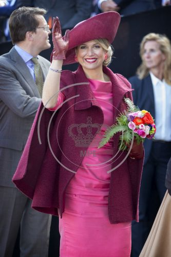 Máxima looks marvellous. Her magenta dress is wonderful for her skin and her cape and accessories are the finishing touch in this wonderful marsala red color. She must have lost several kilograms or the lining is so perfect. Celebration 2015 in Dordrecht