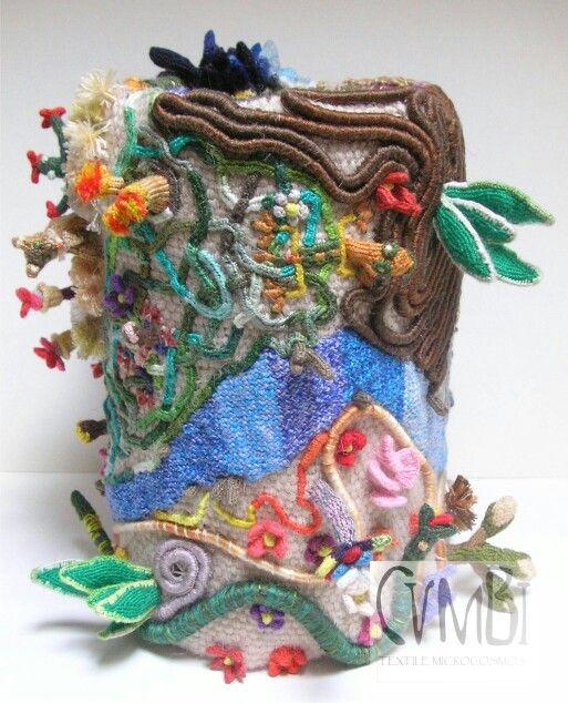 """""""MicrÓmitos I"""", de la serie """"retablo textil"""" de Cumbi Microcosmos Textil, técnica de anillado cruzado/"""" MicrÓmitos I"""" of the """"retablo textil"""" series by Cumbi Microcosmos Textil, cross-knit looping technique"""