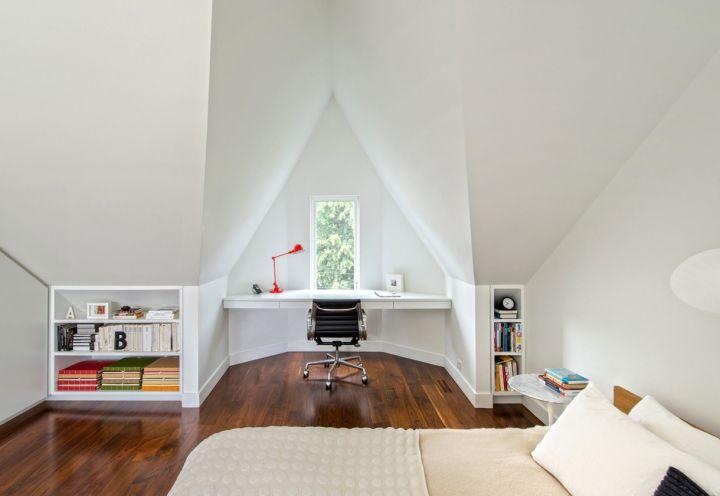 La camera matrimoniale, posta sottotetto e giocata su pratici mobili su misura, come la scrivania e le nicchie per i libri, per sfruttare al meglio lo spazio disponibile