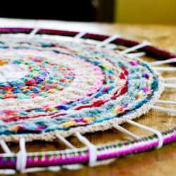 woven rug on a hula hoop. Easy tutorial!: Fingers Knits Hula Hoop, Fingerknit, Idea, Hula Hoop Rugs, Finger Knitting, Woven Rugs, Woven Fingers Knits, Hulahoop Rugs, Knits Projects