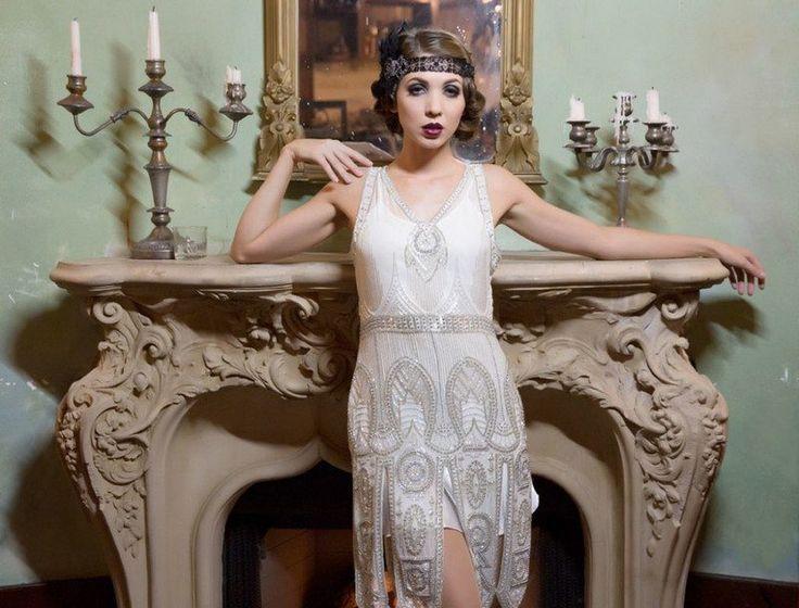 Quoi de plus emblématique des années folles que le film Gatsby le Magnifique? La robe charleston, richement décorée, les bijoux pompeux, les accessoires ...