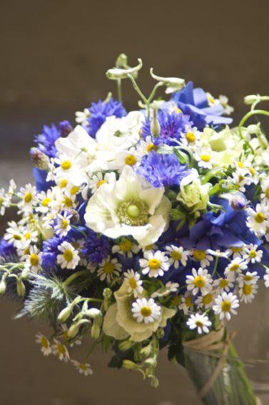 Blauwe hortensia's vervangen door witte/groene en blauwe bloempjes vervangen door ... - Hortensia, anemoon, veldbloemen, kamille, genziana, blauwe distel