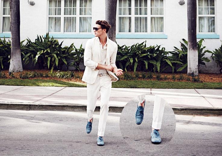 Mocasines (sin medias) en terciopelo azul al estilo Miami Vice