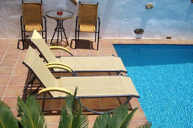 Description: Rustig gelegen vakantiehuis met privé zwembad in sfeervol dorp in Zuid-Kreta Centraal gelegen vakantiehuis met privé zwembad Villa Radamanthis is een fantastisch vakantiehuis voor een klein gezin of twee koppels compleet met privé zwembad en fijn centraal gelegen aan de zuidkust van Kreta. De comfortabele villais gebouwd rond 1900 maar in 2004 helemaal gerenoveerd en aangepast aan de wensen van de moderne reiziger. De rustieke stijl met veel natuursteen en hout is gelukkig…