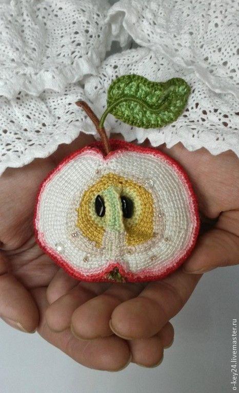 """Купить Брошь """"В яблочко!"""", вязаная эко-брошь, брошь яблоко, брошь фрукт."""