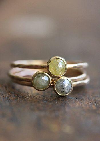 綺麗な石がついている指輪。 違った色の石を数個つけると手元が華やかに。