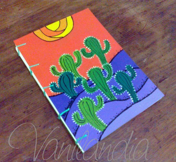 MODELO: Cardones Cuadernos tamaño A5 (15cm x 21cm) Tapa dura, de cartón pintadas a mano en su integridad con varias capa de barniz para proteger el dibujo. 104 hojas lisas de papel de 80g/m2