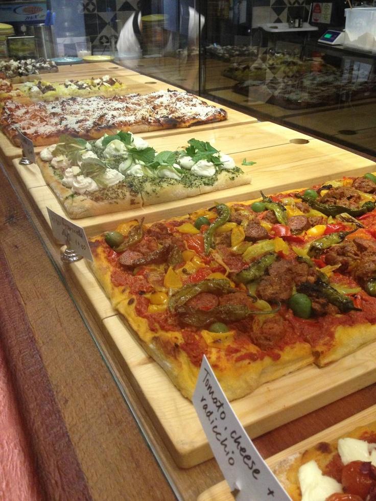 Pizza al taglio. ///  me gusta cómo quedan las pizzas presentadas en las bandejas de madera.