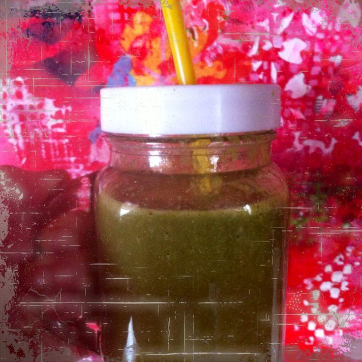 Mijn smoothie vandaag... Spinazie , sla , selderij , komkommer , banaan , verdunnen met fruitsap ( appelsap )