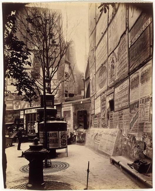Paris. rue Saint Jacques angle rue Saint Séverin (et les célèbres urinoirs parisiens qui heureusement ont tous disparu depuis .....)